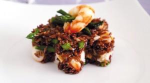 """In cucina. Il piatto di oggi è """"insalata di riso rosso e gamberi"""""""