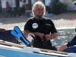 Grillo a nuoto come Mao Tse Dong. Poi 'comizio-show' a Messina