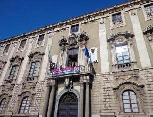 Catania. Uno striscione contro la violenza alle donne da oggi esposto a Palazzo degli Elefanti