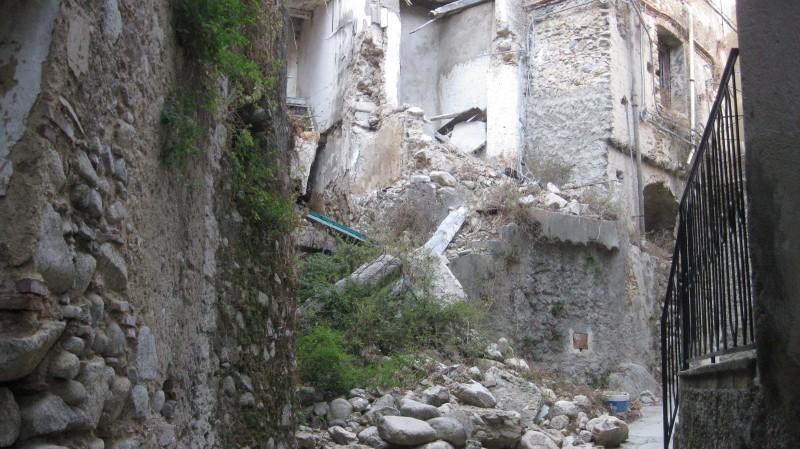 case cadono a pezzi