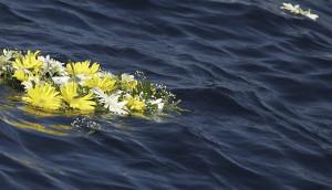 (foto media) corona fiori in mare papa Francesco Lampedusa