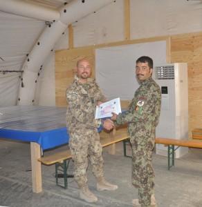 3. Consegna dell'attestato di partecipazione a geniere dell'esercito afghano