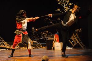 """Residenza teatrale MigraMenti a Badolato, successo per la prima dello spettacolo """"Arlecchino Deucalione"""" diretto dal maestro Michele Monetta"""
