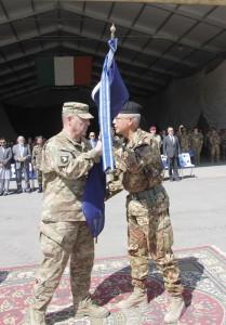 il generale Milley consegna al generale Pellegrino la bandiera NATO di RC-W