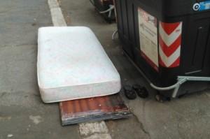 Messina. Polizia Municipale: multa da 500,00 Euro per abbandono materasso per strada.