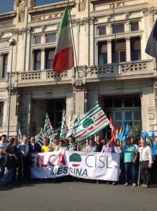 Messina. Rabbia e disperazione tra i lavoratori edili che hanno manifestato sotto la sede della Prefettura.