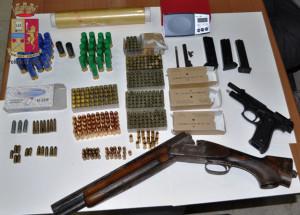 La Polizia di Stato arresta uno uomo per droga ed armi. Deteneva in casa armi, munizioni, marijuana, cocaina ed eroina.