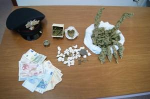 Taormina (Me), Carabinieri, arrestano un giovane del luogo per detenzione ai fini di spaccio di marijuana e hashish.