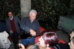 Ruggero Vasari versa il vino novello
