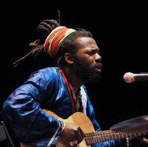 """Spettacolare concerto di Baba Sissoko – Afroblues domenica 1 dicembre, al Palcultura """"Antonello"""". Il gruppo presenterà """"African Griot Groove"""" per l'Accademia Filarmonica."""