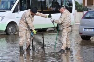Alluvione Sardegna: Esercito al lavoro nel centro di Olbia. Soldati brigata Sassari con idrovore e distribuzione viveri