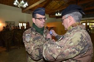 2. Il gen.Pellegrino conferisce la medaglia Nato al col. Salamone