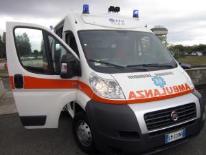 Auto contro cordolo, morto ventenne. A Rossano feriti altri quattro giovani, uno in gravi condizioni