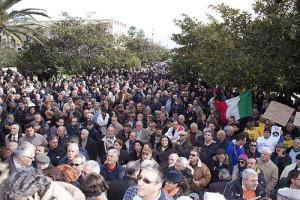 Folla a Piazza Unione Europea
