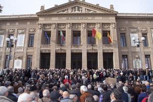 Folla antiTARES a Palazzo Zanca