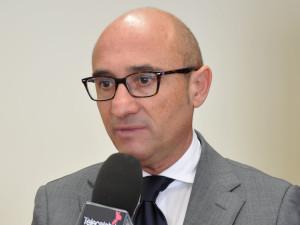 Gerardo Mancuso (D.G. Asp Catanzaro) si congratula per l'onorificenza conferita a Paolo Abramo.