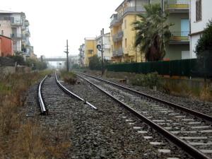 ex stazione di Montepaone-Montauro, già trasformata in fermata negli scorsi anni. Impossibile effettuare incroci su un solo binario