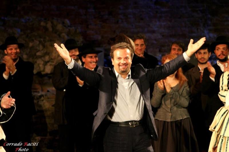 Enrico Castiglione riceve gli applausi al Teatro Antico di Taormina