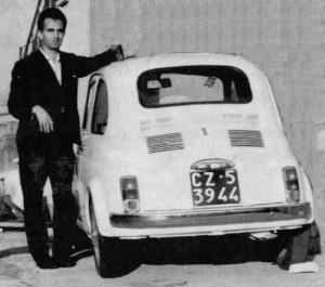 Vincenzo Lanciano con la sua Fiat 500 - 1966