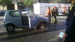 Messina. Via Tommaso Cannizzaro, un'auto di piccola cilindrata si incendia al semaforo.