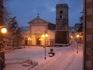 Carovilli-La-chiesa e la piazza innevate