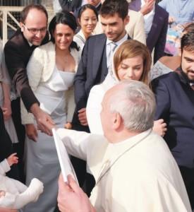 """Calabria. Consegna a Papa Francesco del libro e del Dvd dell'opera filmica (tutta calabrese) """"Fiori di carta""""."""