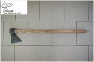 Monasterace (Rc). Distrugge il portone del vicino di casa con un'ascia: 31enne arrestato dai carabinieri.
