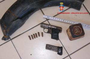 Bruzzano Zeffirio (Rc). Carabinieri: rinvenuta una pistola nel corso di un rastrellamento.