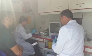 interno del laboratorio ambientale con personale specializzato - Copia