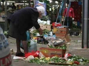 anziana italiana rovista tra i rifiuti
