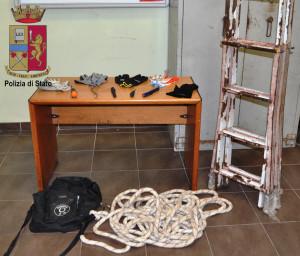 Messina. Grazie alla preziosa chiamata al 113 di un cittadino i poliziotti sorprendono ed arrestano 5 ladri d'appartamento in azione.