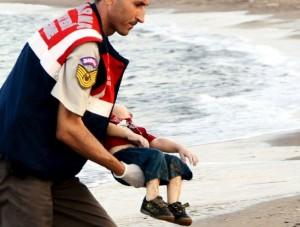 AYLAN bambino-siriano-morto-spiaggia-turchia 01.09.2015 CON MILITARE