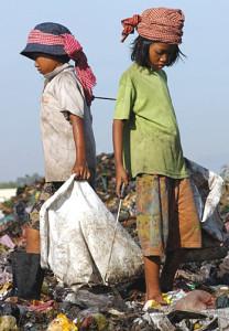 CAMBOGIA bambini in discarica