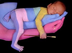 bambino che dorme su una mano