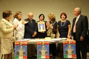 La prof.ssa Linda Iachipino  dell'Istito Basile La Farina e gli organizzatori