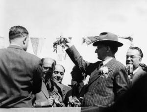 De Gasperi consegna chiavi nuove case BADOLATO MARINA NASCITA UFFICIALE 24 MARZO 1952