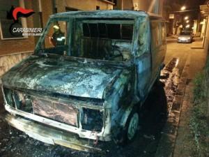 Rosarno (Rc). Appiccato fuoco ad un Fiat Ducato con targa straniera. Fermate due persone di nazionalità bulgara.