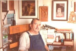 Nicola Caporale alla scrivania del suo studio - agosto 1973