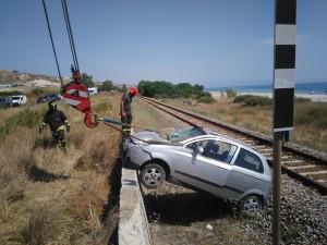 Guardavalle (Cz): auto si ribalta sui binari ferroviari
