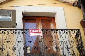 Balcone con cartello VENDESI in Badolato ottobre 2011