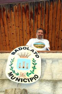 Domenico Lanciano e stemma Comune Badolato ottobre 2011