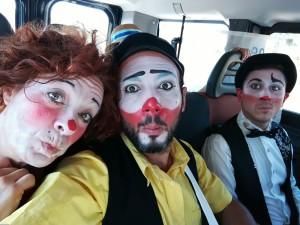 Greece: I clown professionisti della Compagnia Pagliacci Clandestini e i volontari portano il teatro, il circo sociale e beni di prima necessità nei campi profughi.