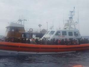 La  Guardia Costiera di Reggio Calabria soccorre  128 migranti a 12 miglia da Capo Spartivento