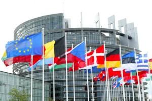 bandiere-27-paesi-a-parlamento-unione-europea