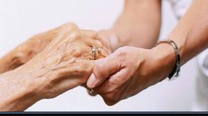 mani giovani che sostegnono mani anziane