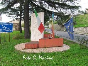 monumento-alle-donne-epiche-di-badolato-con-bandiere