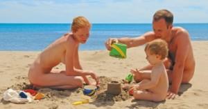 famiglia-naturista-sulla-spiaggia