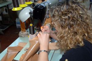 donna-bionda-alla-lavorazione-pelli-per-scarpe