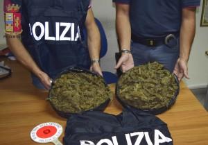 Milazzo (Me). Duplice arresto alla fermata dei bus. La Polizia sequestra 2 kg di marijuana nascosti tra patate e cipolle