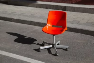 Occupare il parcheggio con una sedia è illecito